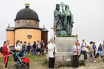 Tisíce poutníků zamířilo o tomto víkendu z Pusteven na posvátnou horu Radhošť, aby tam při mši oslavili svátek věrozvěstů Cyrila a Metoděje.