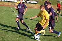 Fotbalisté z Valašského Meziříčí (tmavší dresy) zaznamenali proti Šumperku pátou porážku v řadě (3:4) a jejich situace je vážná. Tentokrát se porazili sami vlastními chybami.