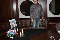 O půl čtvrté ve Vsetíně začal pietní akt k uctění památky Václava Havla. Do pátku budou moct lidé zapisovat své kondolence do připravené kondolenční knihy, která poté bude odeslána rodině zesnulého. Na budovách státních institucí od rána visí černé vlajky