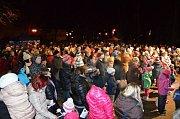 Rožnov pod Radhoštěm se ve čtvrtek 13. prosince 2017 zapojil do akce Česko zpívá koledy poprvé. K Hudebnímu altánu si s Cimbálovou muzikou Polajka přišlo zazpívat více než 600 lidí.