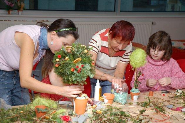 Středeční odpoledne (10.12.) patřilo v Masarykově veřejné knihovně veřejnosti. Desítky lidí si přišlo vyrobit ozdobu na vánoční stůl