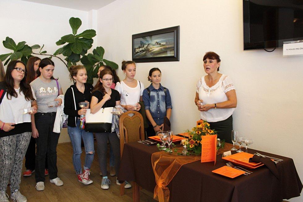 Střední odborná škola Josefa Sousedíka ve Vsetíně pořádala ve čtvrtek 7. září 2017  akci s názvem Vyzkoušej si řemeslo pro žáky základních škol. Desítky školáků ze širokého okolí se sešly v restauraci Bečva, kde se předváděly obory gastronomického zaměřen