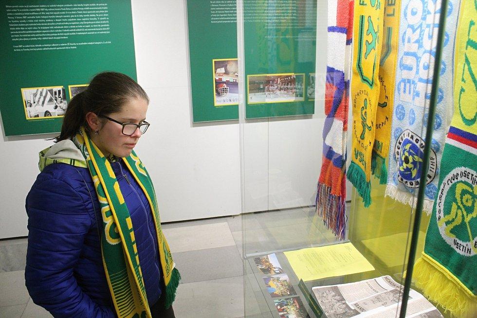 Hokejisté VHK Robe Vsetín se sešli na zámku s fanoušky. Na programu byla autogramiáda i prohlídka výstavy k 80 letům vsetínského hokeje.