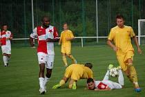 V prvním kole Poháru České pošty fotbalisté Velkých Karlovic+Karolinky (žluté dresy) prohráli s Kroměříží 0:1.
