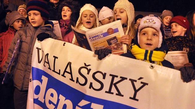 Ve Vsetíně před spolupořádajícím Domem kultury se ve středu 11. prosince 2013 uskutečnila celorepubliková akce regionálních Deníků s názvem Česko zpívá koledy.