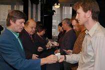 Zástupci Českého červeného kříže, vsetínské radnice a nemocnice ve Vsetíně předali ve čtvrtek 27. listopadu ocenění dárcům krve. Rozdáno bylo dvacet zlatých a třicet stříbrných Jánského plaket a také čtyři zlaté kříže III. třídy (80 odběrů)