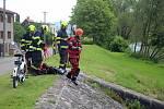 Malý Hovězák s hasiči v akci vytahující věci utonulých