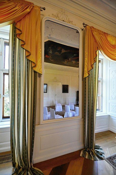 V takzvaném Bílém sále na Zámku Lešná si lze prohlédnout původní zámecká zrcadla.
