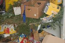 Odpadky u supermarketu Albert.