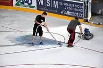 Předposlední červencový víkend 2018 byl ve znamení úprav ledové plochy. Nátěr v brankovišti musí být dle nových pravidel po vzoru NHL.