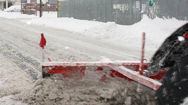 K odklízení sněhu musela nastoupit nejrůznější technika. Od sněhových fréz až po obyčejnou lopatu. Asi jediné, komu sníh nevadil, byly děti.