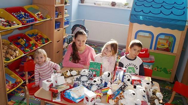Hospitalizované děti v současné době naplno využívají prostor zmodernizované herny ke svým hrám. K dispozici mají nové hračky, ale také nábytek a zařizovací předměty.