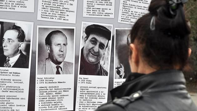 Kolemjdoucí si prohlížejí pouliční výstavu nazvanou Židovská synagoga ve Vsetíně, kterou při příležitosti 75. výročí vypálení vsetínské židovské synagogy připravili pracovníci domu kultury.