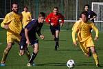 Fotbalisté VKK (žluté dresy) v dohrávce 20. kola divize E remizovali s Valašským Meziříčím 1:1.