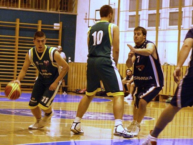 Oblastní přebor střední Moravy,basketbalisté KK Jasenice (zelené dresy).