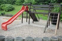 Hřiště pod zámkem zeje prázdnotou. Děti ho totiž nevyužívají kvůli vandalům.