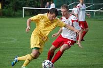 Fotbalisté Velkých Karlovic+Karolinky (žluté dresy) doma porazili Luhačovice 5:1.