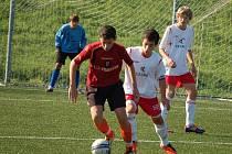 Starší žáci U 15 z Valašského Meziříčí (světlé dresy) byli v zápase proti Vítkovícím favoritem. Do přestávky se ujali vedení 1:0, které ale nakonec neudrželi. Zápas skončil nerozhodně 1:1. Foto: