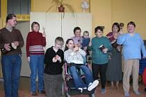 Klienti Centra pro lidi se zdravotním postižením ve Valašském Meziříčí v úterý bubnováním a štěrkáním podpořili celostátní protest pro zamýšleným vládním škrtům na jejich úkor.