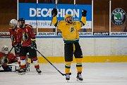 Šesté kolo kvalifikace o WSM ligu, zápas mezi týmy HC Vlci Jablonec nad Nisou a VHK ROBE Vsetín, se odehrálo 13. dubna na zimním stadionu v Jablonci nad Nisou. Na snímku vpravo Lukáš Finsterle.