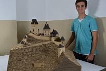 Martin Čermák (na snímku) strávil výrobou modelu jednoho z nejznámějších českých hradů téměř tři sta padesát hodin.