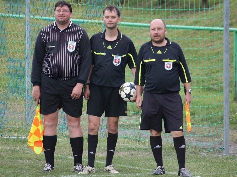 V Kelči vyhráli okresní tituly dorostenci Poličné (červené dresy) a starčí žáci Kelče (modré dresy + žlutá mistrovská trika).