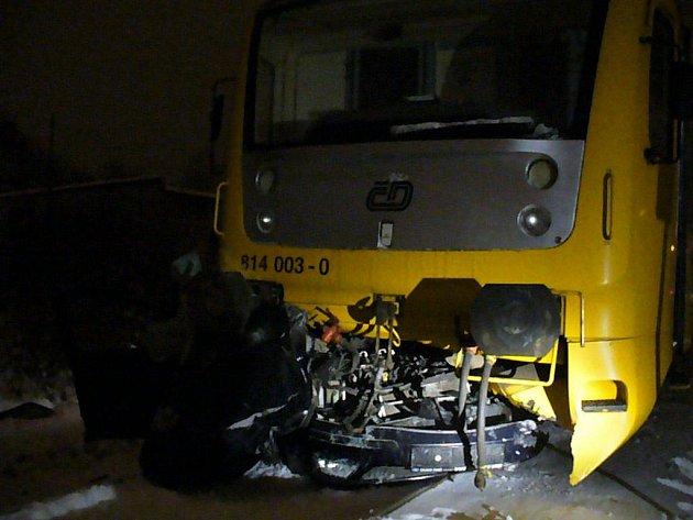 Tragicky skončila ve středu 1. prosince v noci jízda čtyř mladíků. S autem vjeli na železniční přejezd ve chvíli, kdy tudy projížděl i vlak. Rozjetá souprava táhla vrak ještě asi sto metrů.