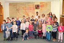 """Nejúspěšnější """"sběrače"""" PET lahví z rožnovských základních a mateřských škol ocenili v obřadní síni Městského úřadu v Rožnově."""