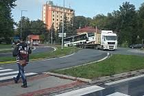 Nepojízdný a špatně zajištěný autobus, který sjel z nákladního auta na kruhovém objezdu ve Valašském Meziříčí, nafotili a sdíleli na sociálních sítích projíždějící řidiči; pátek 2. října 2020