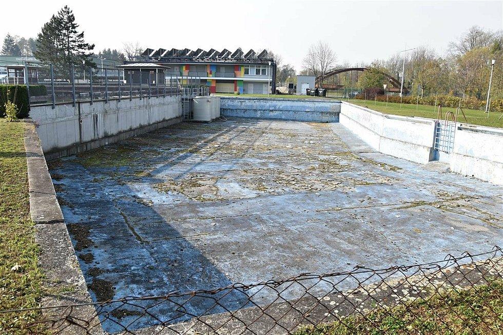 Nevyužívaný bazén v areálu letního koupaliště ve Valašském Meziříčí.