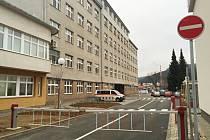 Ve Vsetínské nemocnici zbudovali nový výjezd z areálu.