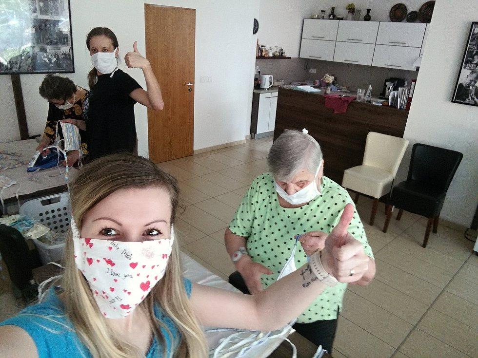Pracovnice Diakonie Vsetín žehlí společně s klienty ochranné roušky v Domově Harmonie ve Vsetíně.