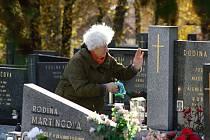 Lidé přišli uctít památku svých blízkých na hřbitov v Novém Hrozenkově; sobota 29. října 2016