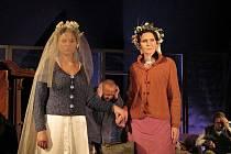 Nevěstu představili divadelníci nejprve publiku v Hovězí na konci roku 2009. Nyní ji diváci zhlédnou až v Norsku. Foto: archiv souboru