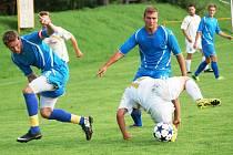 Fotbalisté Prlova (modré dresy) ve Valašské Bystřici podruhé v sezoně prohráli.