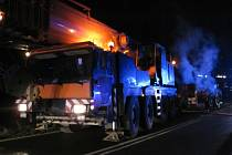 Nákladní auto začalo dnes nad ránem hořet na silnici mezi Jablůnkou a Bystřičkou. Z dosud nezjištěných příčin začala za jízdy těžkotonážnímu automobilnímu jeřábu hořet pneumatika.