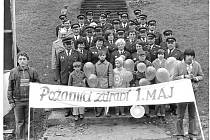 HASIČI. Požární ochrana ve Valašské Bystřice se začala organizovat až po druhé světové válce. Na snímku jsou hasiči v slavnostních uniformách při prvomájových oslavách v 80. letech 20. století.