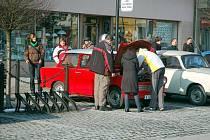 Na rožnovské náměstí v sobotu zavítaly v rámci akce Trabanti na sněhu desítky těchto téměř historických vozidel.