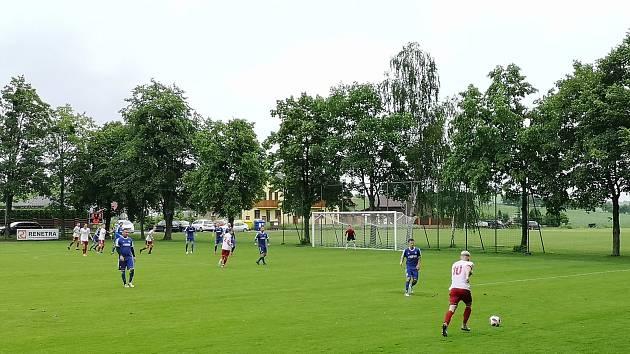 Fotbalisté Valašského Meziříčí (bílé dresy) prohráli na hřišti ve Všechovicích 3:6.