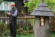 Odborníci ničí dřevokazný hmyz v Karlovském muzeu horkým vzduchem. Členům týmu pomáhá také měření termokamerou.