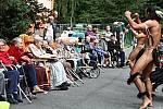 Tanečníci, tanečnice a muzikanti z Velikonočních ostrovů, kteří jsou hosty 50. MFF Liptálské slavnosti, vystupují ve čtvrtek 22. srpna 2019 pro klienty Domova Harmonie ve Vsetíně.