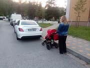 Autem zatarasený sjezd z chodníku je překážkou pro imobilní i matky s kočárky.