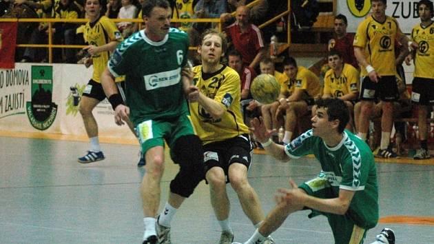 Zubří (žluté dresy) porazilo v prvním čtvrtfinále Plzeň 28:21.