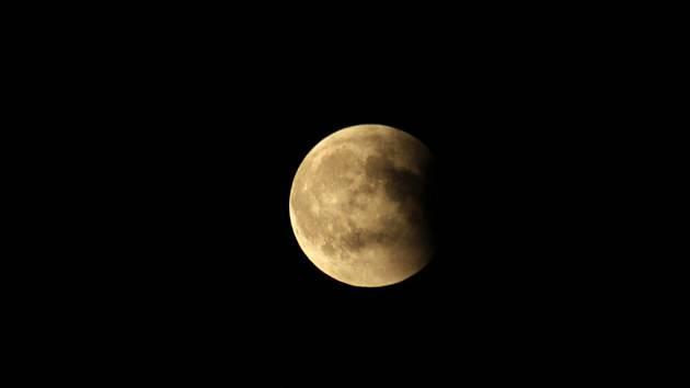 Na snímku je zachycena částečná fáze zatmění Měsíce 15. června 2011.