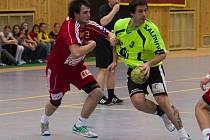 Kapitán Zubří Martin Stržínek (ve žlutém dresu) v zápase proti Dukle Praha.