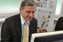 Senátor a starosta Vsetína Jiří Čunek v redakci Valašského deníku odpovídá na dotazy čtenářů.