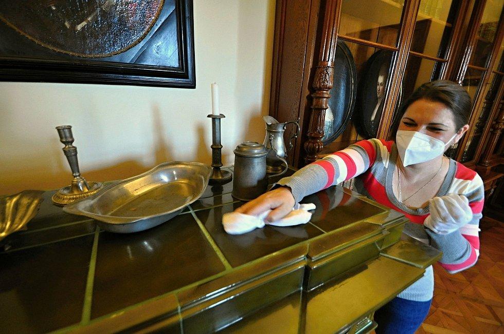 Veronika Hynková, průvodkyně na Zámku Lešná u Valašského Meziříčí, pečuje o kachlová kamna a cínové nádobí v zámecké knihovně.