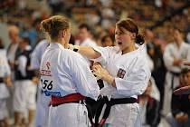 PĚKNÉ ŠESTÉ MÍSTO. Hana Juráňová z SKP Vsetín (vpravo) vybojovala na MS v Polsku krásné 6. místo v disciplíně KATA senioři.