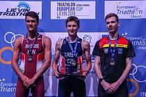 Největší úspěch kariéry zaznamenal osmnáctiletý vsetínský triatlonista Radim Grebík (na snímku uprostřed), který si ve Francii podmanil závod juniorů a získal zlatou medaili. Foto: archiv Radima Grebíka