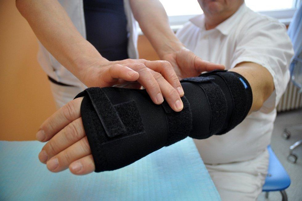 Znehybnění a zpevnění poraněného zápěstí pomocí ortézy. ILUSTRAČNÍ FOTO